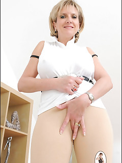 Real mom s spread legs nude